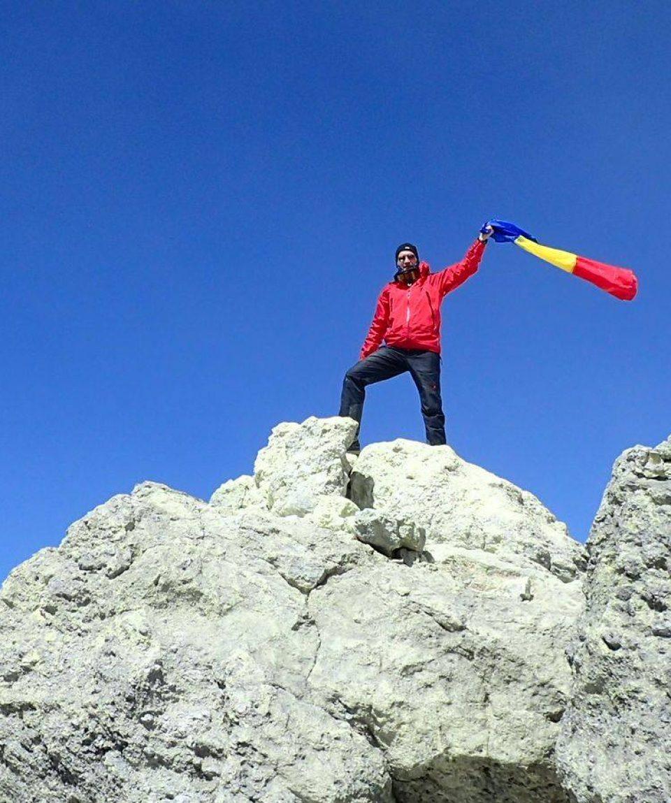 Pe vârf. Drapelul României flutură din nou pe vulcanul Damavand, 5671 m.