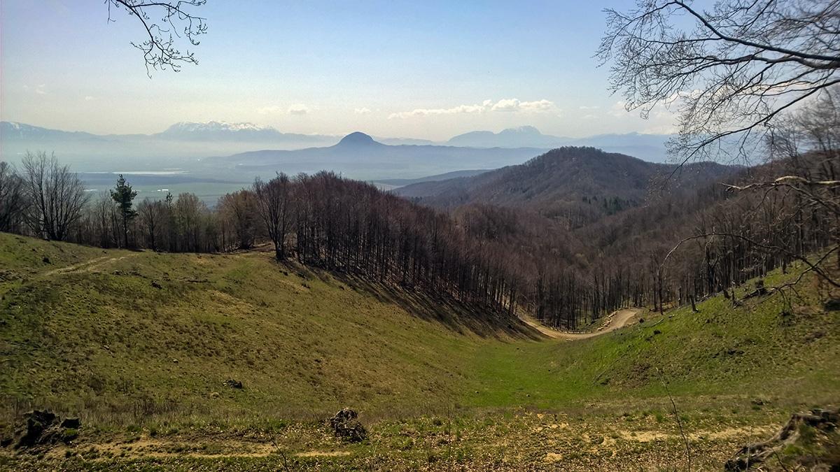 Priveliștea asupra unei părți din Țara Bârsei văzută de lângă Cetatea Heldenburg de lângă Crizbav, unde vom putea urca pedalând, cu bicicleta prin Carpații de Curbură