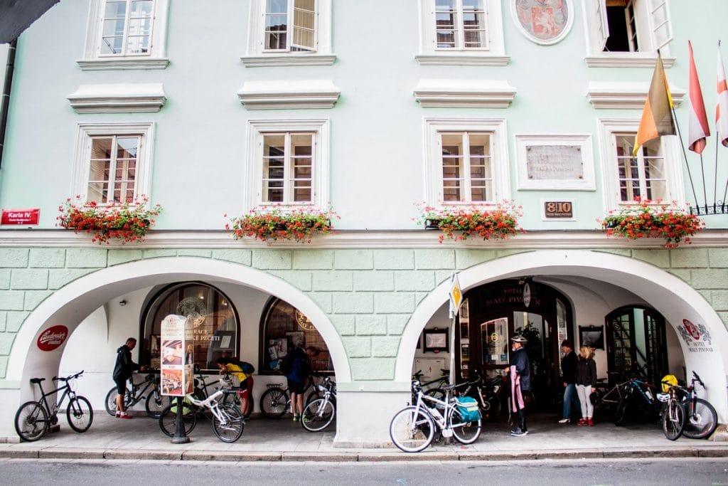 Biciclete in fata unui bar din Cehia