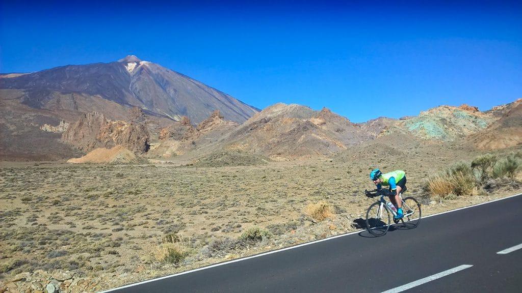 Biciclist la baza vulcanului Teide
