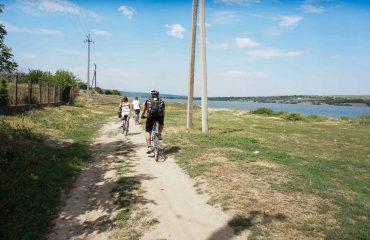 Cu bicicleta prin Republica Moldova - Biciclisti pe malul raului