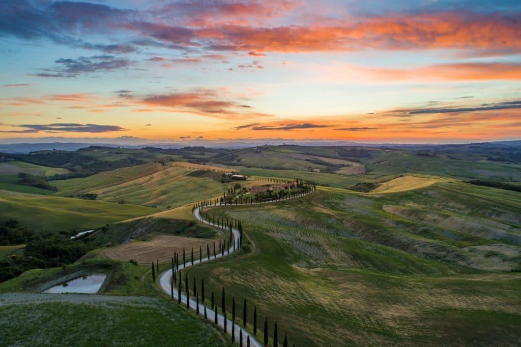Peisaj cu dealuri si drum prin Toscana