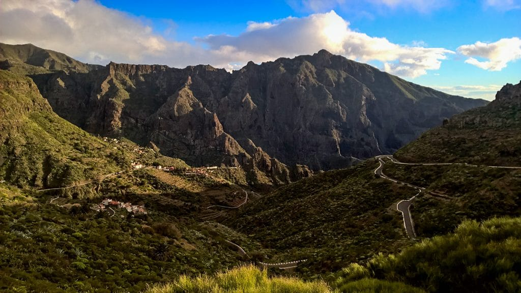 Șosea prin munții Teno, satul Masca