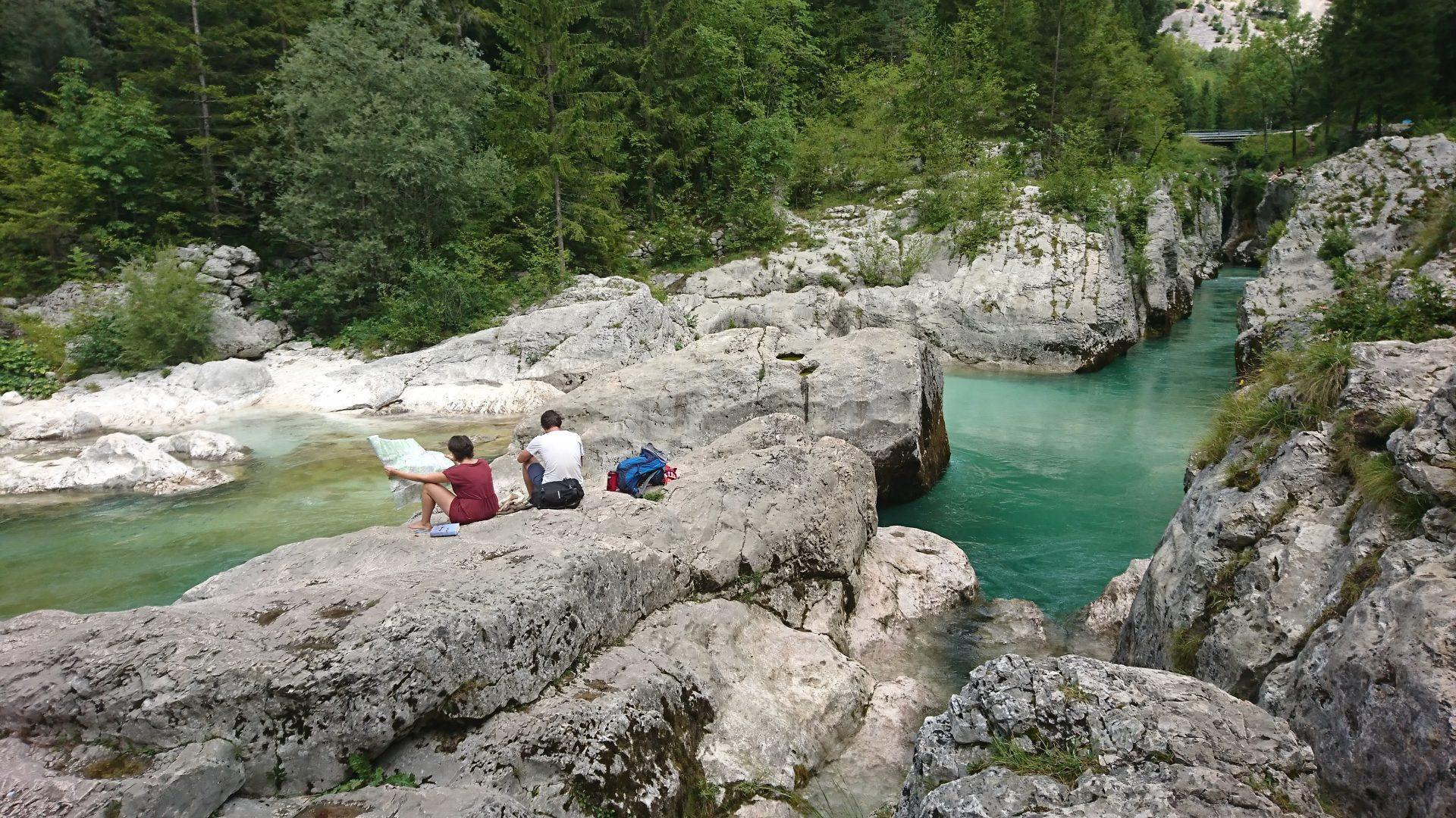 Lângă râu în Valea Lepena