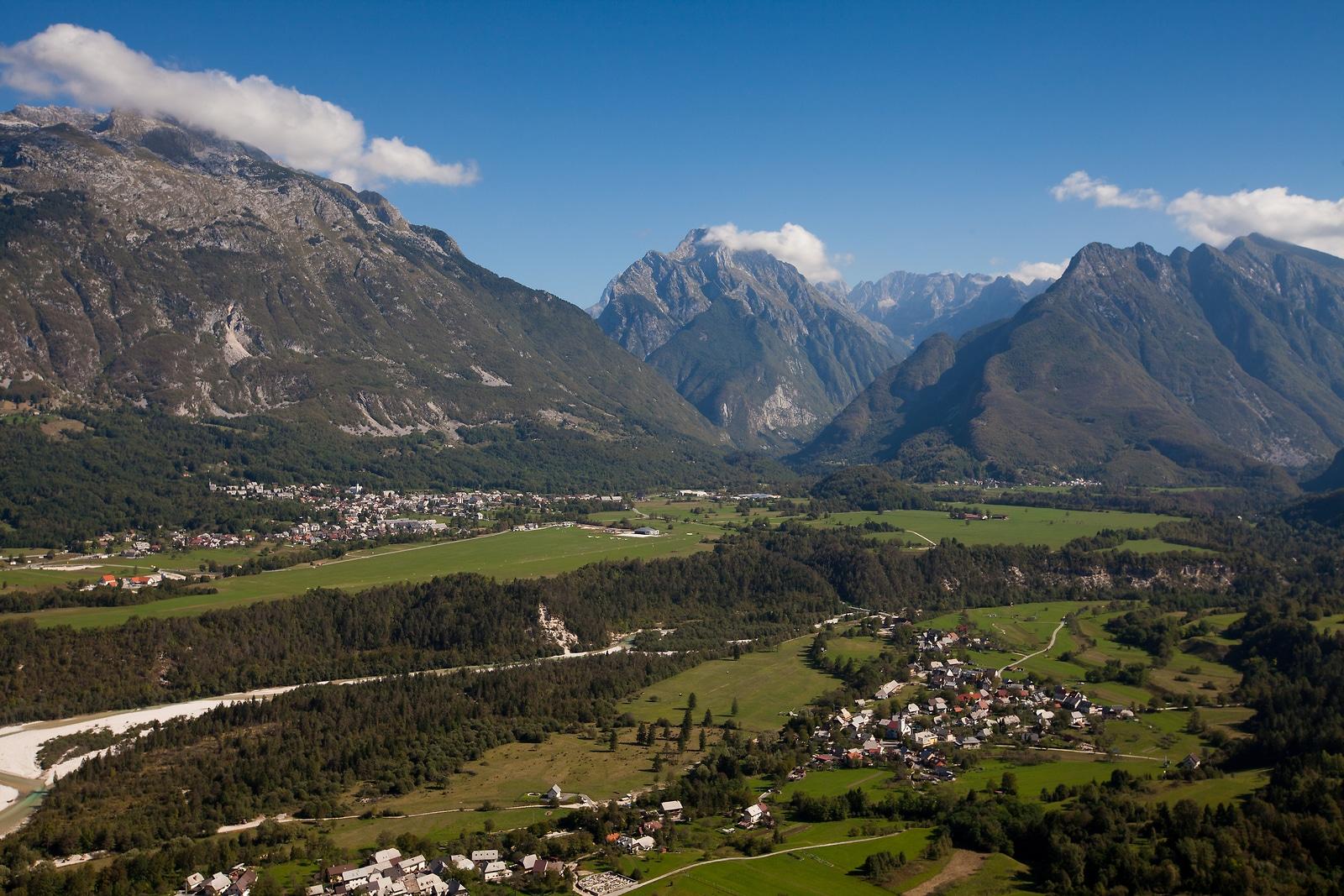 Vedere asupra orașului Bovec din Slovenia