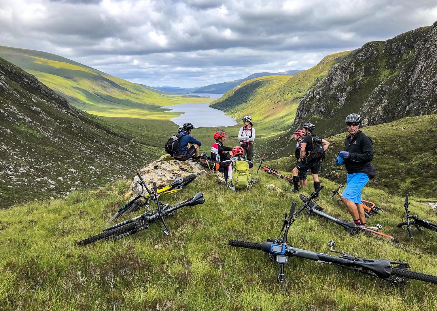 Grup de bicicliști în Scoția