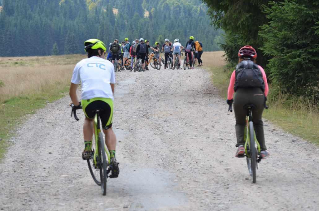 Grup de bicicliști în Munții Trascău