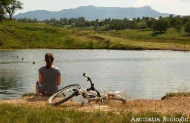 Cu bicicleta la marginea apei